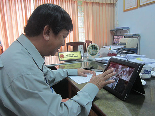 """Chủ tịch UBND huyện Xuân Lộc có thể theo dõi trực tiếp các hoạt động """"một cửa"""" trên địa bàn Ảnh: Lộc Xuân"""
