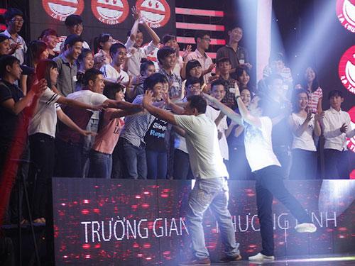 Trường Giang và Phương Bình được khán giả chào đón nồng nhiệt trong Cười là thua.  (Ảnh do chương trình cung cấp)