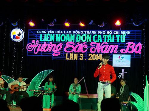 Các nghệ nhân đờn ca tài tử của CLB Đờn ca tài tử Cung Văn hóa Lao động TP HCM  với tiết mục chào mừng đêm khai mạc liên hoan
