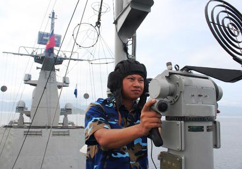 Chiến sĩ trực bên súng máy phòng không luôn tăng cường quan sát bầu trời, sẵn sàng chờ lệnh chỉ huy.