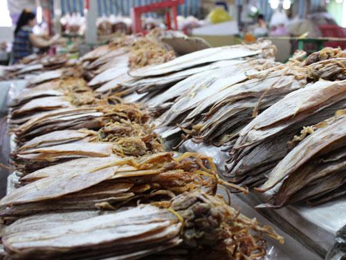 Mực khô được lấy từ các tỉnh Phú Yên, Khánh Hòa, Bình Thuận nhưng có giá chỉ từ 40.000-150.000 đồng/con.