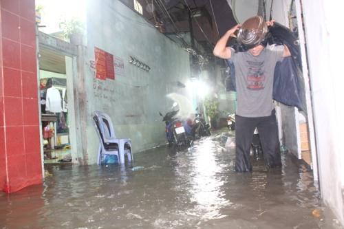 Nước tràn vào nhà của nhiều người dân tại đường D1 (quận Bình Thạnh.