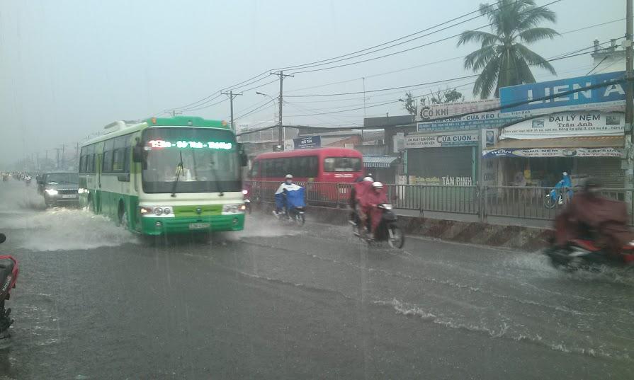 Do hệ thống thoát nước kém nên Quốc lộ 13 ngập nặng, nhiều xe chết máy.