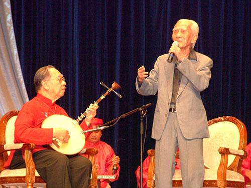 GS-TS Trần Văn Khê đàn kìm, soạn giả - NSND Viễn Châu ca bài ca cổ trong chương trình Làn điệu phương Nam