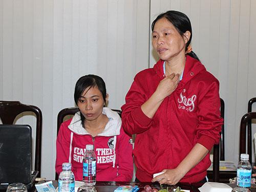 """Công nhân tham gia chương trình """"Cùng công nhân vượt khó"""" năm 2013 Ảnh: THANH NGA"""