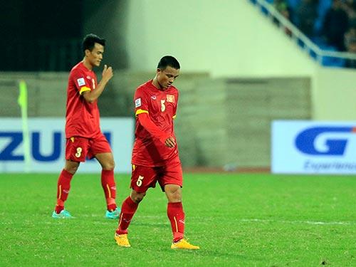 Văn Biển (5) và Phước Tứ thi đấu dưới phong độ trong trận thua Malaysia 2-4 Ảnh: Quang Liêm