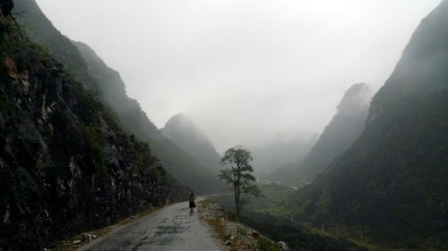 Núi ấp ôm mây, mây ấp núi ở Sủng Là - Ảnh: Mộc Hà