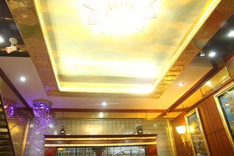 Trần nhà được mạ vàng nên khi bật đèn màu sắc trở nên rực rỡ.