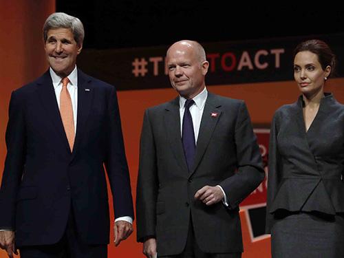 Angelina Jolie (phải) cùng Ngoại trưởng Mỹ John Kerry và Ngoại trưởng Anh William Hague tại Hội nghị thượng đỉnh Quốc tế Chống bạo lực tình dục tại London. Nguồn: Reuters.