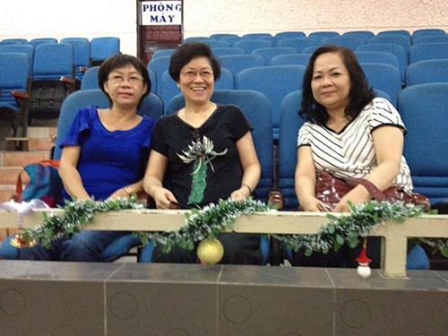 Bà Phạm Bích Thọ (giữa) mua đứt ghế của Sân khấu Hoàng Thái Thanh gần 5 năm nay