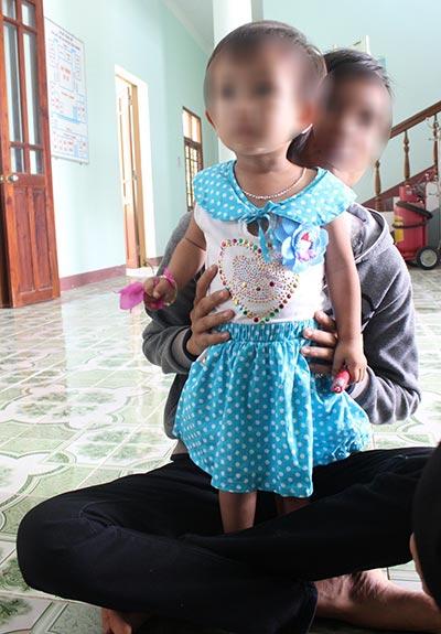 Ở nhà sinh con, việc học của em N.T.M.K (tỉnh Quảng Nam) dang dở. Ảnh: TRẦN THƯỜNG