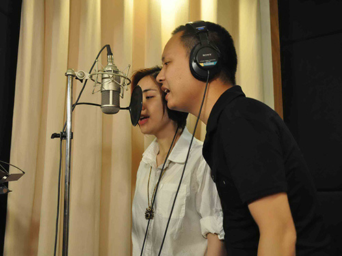 Hòa Minzy và nhạc sĩ Nguyễn Hải Phong tại phòng thu ca khúc Thư chưa gửi anh Ảnh: BHD