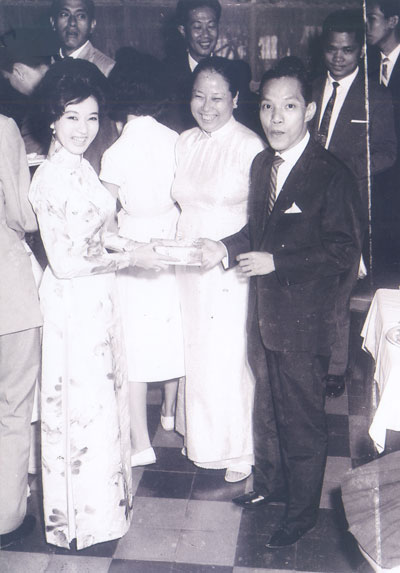 Bầu Thơ và NSƯT Thanh Nga trong một buổi khai trương tại rạp Nguyễn Văn Hảo (nay là rạp Công Nhân, TP HCM) Ảnh:  TƯ LIỆU