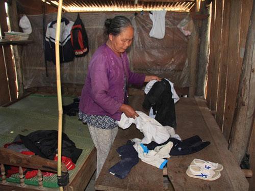 Bà Trần Thị Bằng bên những vật dụng của 5 học sinh tử nạn Ảnh: CAO NGUYÊN