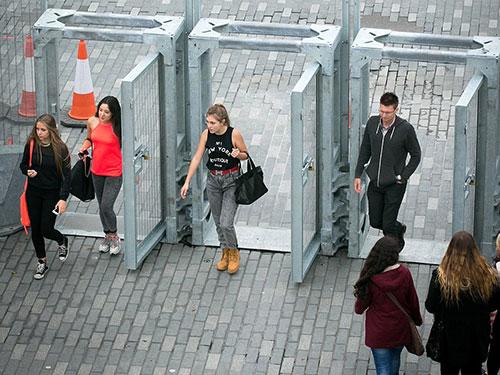 Một cổng ra vào hàng rào thép ở trung tâm TP Cardiff - Xứ Wales Ảnh: DAILY MAIL