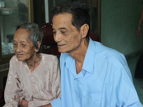 Cụ Nguyễn Thị Trù cùng con trai út Ảnh: VIETKING