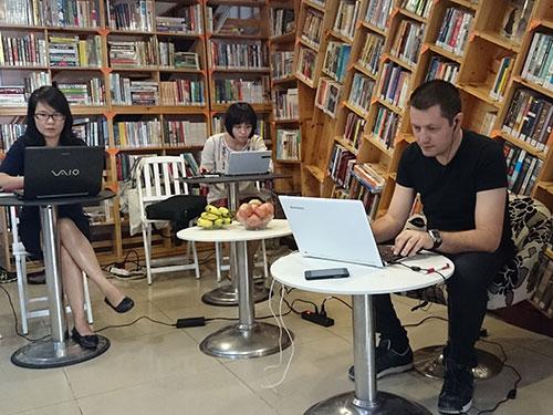Nhà văn Nicola Ancion và dịch giả làm việc miệt mài bên bàn viết, để độc giả có thể đọc được tác phẩm trực tuyến bằng tiếng Việt