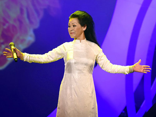 Ca sĩ Khánh Ly trình diễn trong đêm nhạc của mình tại Hà Nội. Ảnh: CHÍ LINH