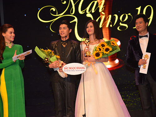 Ca sĩ Noo Phước Thịnh và Đông Nhi nhận giải Ca sĩ nhạc nhẹ được yêu thích tại lễ trao Giải Mai Vàng 2013 Ảnh: TẤN THẠNH