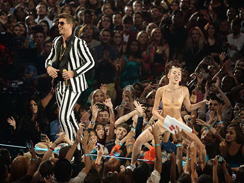 Tiết mục bị chỉ trích của Miley Cyrus và Robin Thicke trên sân khấu MTV VMAs 2013 Nguồn: MIRROR