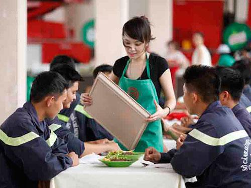 Minh Nhật đang phục vụ bữa trưa cho các chiến sĩ cứu hỏa Ảnh: BHD
