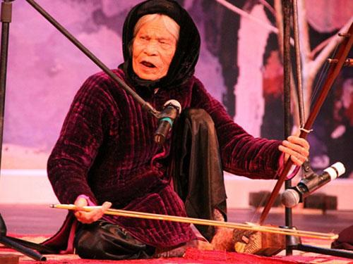 Nghệ nhân hát xẩm Hà Thị Cầu đã qua đời tháng 3-2013, gần một năm rưỡi trước khi nghị định xét tặng danh hiệu NNND ra đời Ảnh: HOÀNG NGUYÊN