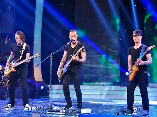 Phạm Anh Khoa cùng rock band của mình  Ảnh: DUY KHÁNH