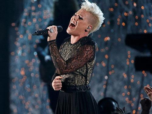 Ca sĩ Pink trình diễn trong lễ trao giải Grammy hôm 27-1 Nguồn: REUTERS