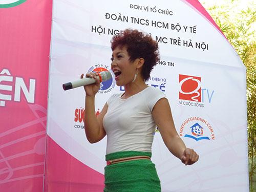 Thái Thùy Linh hát trong chương trình Mang âm nhạc đến bệnh viện tại TP HCM