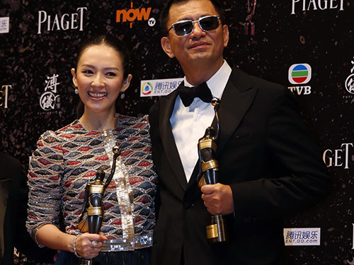Đạo diễn Vương Gia Vệ và nữ diễn viên Chương Tử Di với những giải Kim Tượng dành cho phim Nhất đại tông sưNguồn: Reuters