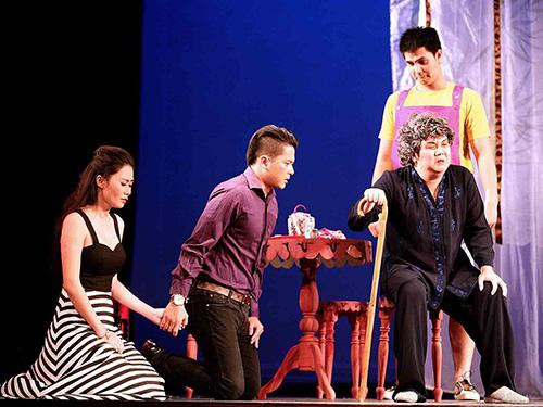Cảnh trong vở diễn Cặp đôi hoàn cảnh(Ảnh do Nhà hát Kịch TP cung cấp)