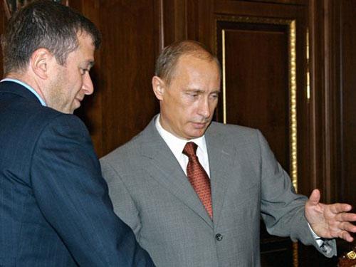 """Đã có ý kiến đề nghị Tổng thống Barack Obama và Thủ tướng Anh David Cameron """"trừng phạt"""" tỉ phú Roman Abramovich (trái), đồng minh thân cận của Tổng thống Nga Vladimir Putin Ảnh: REUTERS"""