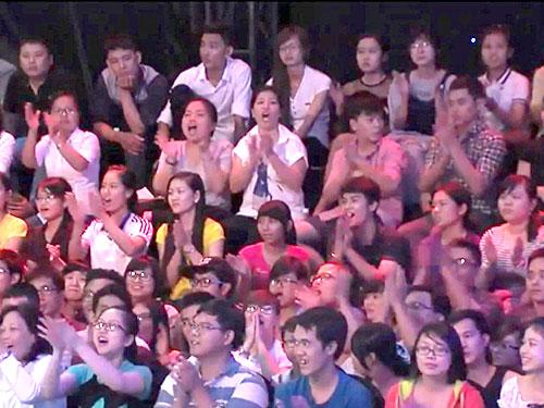 Khán giả cổ vũ trong một chương trình truyền hình thực tế Ảnh: KIM KHÁNH