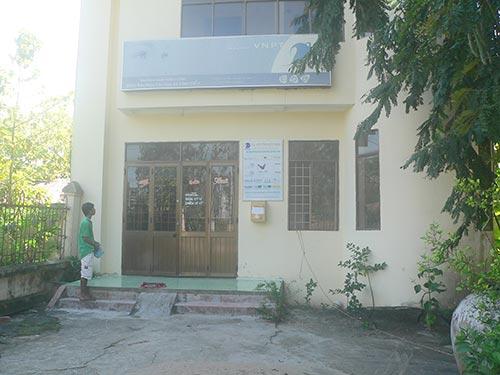 Dù đã hơn 13 giờ, có khách đến nhưng Bưu điện Văn hóa xã Vĩnh Điều vẫn đóng cửa   Ảnh: THANH VÂN
