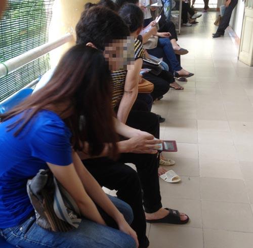 Phòng khám  tư vấn sức khỏe sinh sản cho trẻ vị thành niên tại TP Hà Nội có đông người chờ đợi  Ảnh: NGỌC DUNG
