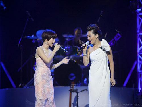 Ca sĩ Hà Trần (phải) và ca sĩ Uyên Linh trình diễn trong chương trình In the spotlight Ảnh: NGUYỄN VIỆT ĐỨC