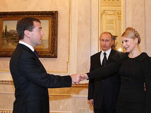 Bà Yulia Tymoshenko cùng 2 nhà lãnh đạo Nga Vladimir Putin và Dmitry Medvedev tại cuộc tiếp xúc ngày 17-1-2009 Ảnh: WIKIPEDIA