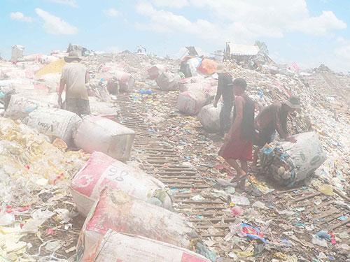 Bãi rác tại thị trấn Cái Dầu, huyện Châu Phú, tỉnh An Giang hiện đã cao như núi. Ảnh: Thốt Nốt
