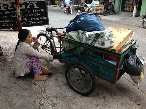 Bà Nguyễn Thị Gái ngồi nghỉ mát trên đường Nhất Chi Mai, quận Tân Bình, TP HCM Ảnh: KHA MIÊN