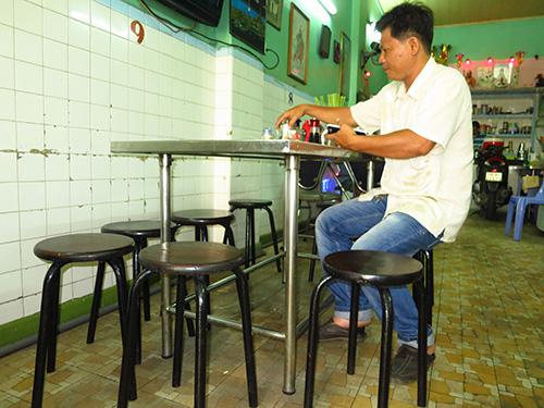 Những chiếc ghế đã 40 năm tuổi của tiệm Lâm Huê Viên