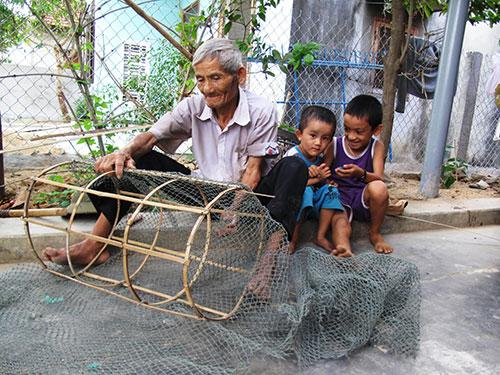Ông Nguyễn Văn Chinh vừa đan đó vừa hát bolero