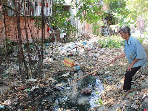 Cụ Bảy hơn nửa đời người cặm cụi vớt rác trên kênh Cầu Mé, quận 11, TP HCM