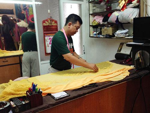 Anh Nguyễn Văn Vinh thực hiện những nét cắt đầu tiên cho chiếc áo dài truyền thống