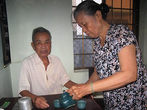 Mê ca hát nhưng bà Cầu rất khéo chăm sóc chồng
