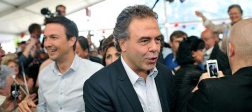 Tổng Thư ký Luc Chatel (trái) và Phó Chủ tịch Đảng UMP Guilliaume Peltier (giữa) tại cuộc mít-tinh hôm 5-7 Ảnh: L'Express