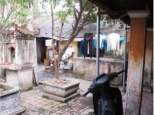 Quần áo của những hộ dân lấn chiếm giăng đầy trước nơi thờ phụng của chùa Thanh Nhàn (TP Hà Nội)