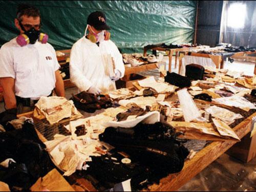 Nhân viên FBI kiểm tra đồ vật còn lại và các mảnh vỡ từ chuyến bay EgyptAir 990  Ảnh: FBI.COM