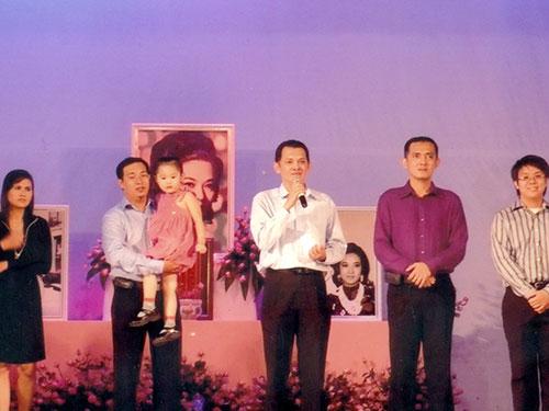 NSƯT Hữu Châu (giữa) và các thành viên trong gia tộc tổ chức lễ kỷ niệm 30 năm ngày mất của NSƯT Thanh Nga