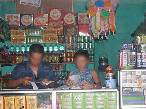 Vợ chồng anh H. - chị P. kinh doanh tạp hóa tại ki-ốt ở TP Vinh
