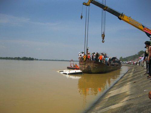 Trục vớt xe khách bị lũ cuốn trôi trên sông Lam tháng 10-2010